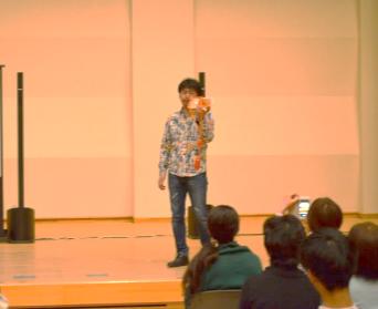 発起人・交流企画プロデューサー さくら市出身の大木浩士(おおき ひろし)さんのホラ貝を合図に開会